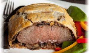Мясо в слоеном тесте