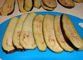 рулетики из баклажанов с сыром и помидорами